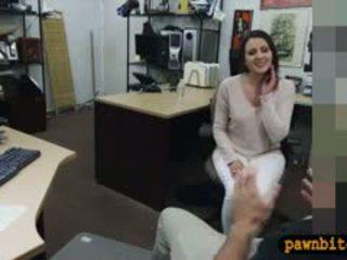 Customers vrouw geneukt door pervert pawnkeeper in de achterkamer