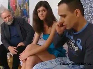 Nakal tua orang seduces sebuah malu ceko remaja gadis ketika dia boyfriend goes jauh