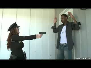 Полиция жени likes то черни!