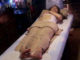 Колеж момиче reluctant оргазъм от masseur