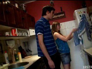 Irresistible najstnice gets zajebal v the kuhinja