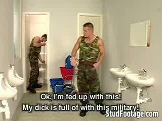Tiga militer guys mengisap masing-masing lain dicks dan mendapatkan kacau di itu kamar mandi