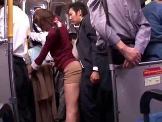 Mladý collegegirl reluctant veřejné autobus orgasmu