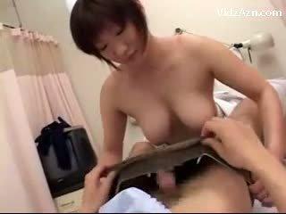 Vollbusig krankenschwester rubbing patients schwanz mit titten wichse bis titten auf die hospitals bett