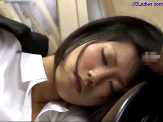 Офіс леді сплячий на the стілець getting її рот трахкав licking guy пеніс в the офіс