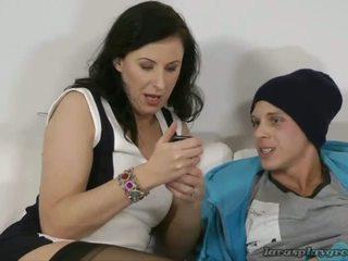 Lara mủ cao su vui vẻ với fan