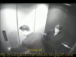 Pupytė sucks jos bosas į elevator už a mokėti kelti