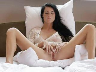 Fregnete gal margot masturbates henne muff