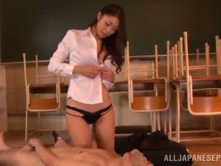Reiko kobayaka марки з nearby її людина і licks його meat палиця