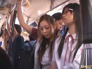 Shameless iškrypęs kinietiškas females having funtime aplink bananas į viešumas autobusas