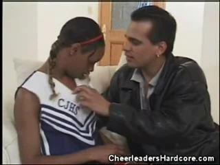 Perempuan hitam remaja ahli sorak oral kerja