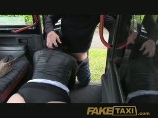 Faketaxi muda terangsang gadis di kursi belakang kejutan