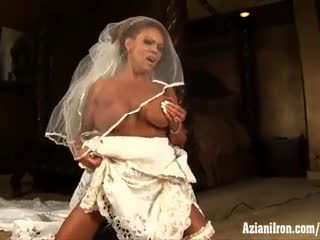 Aziani železo zralý female bodybuilder rides sybian v svatba šaty