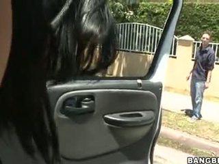 Abella anderson follando en un xe hơi