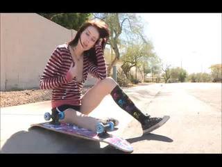 Aiden onto 그만큼 거리 skateboarding 과 옷을 벗고 bare