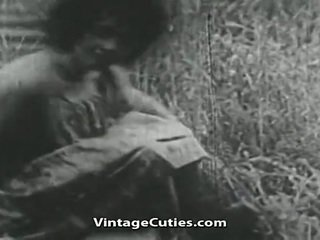 Mergaitė su didelis krūtys ir plaukuotas pyzda pakliuvom į laukas