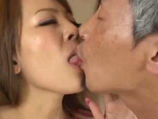Povekas aasialaiset having an vanha mies imevien hänen rinnat
