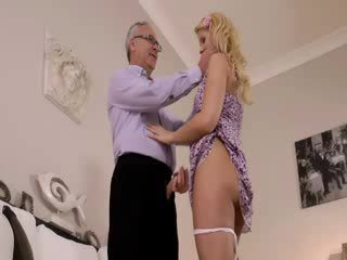 Super gyzykly blondie really gets sordyrmak for old jim on a diwan