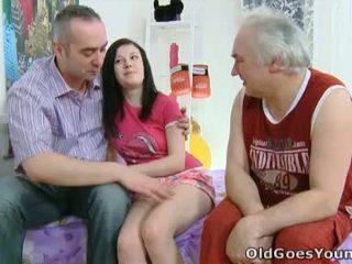 Alena i jej człowiek are razem w łóżko i on has an starszych przyjaciel