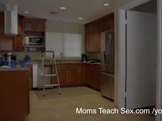 Moms opettaa seksi - hänen boyfriend jizzed päällä hänen vaihe moms tiainen