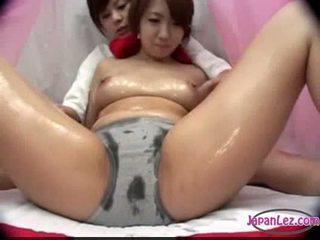 Azijietiškas mergaitė į juosmenėlės massaged su alyva papai rubbed putė fing