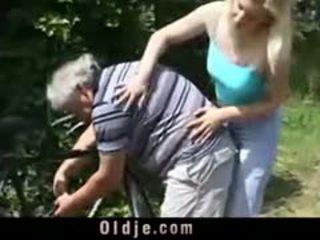 Rubia puta es rimming viejo hombre