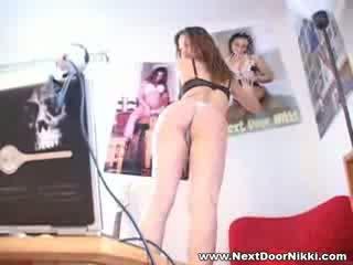 בייב בייב הבא דלת nikki stripping מופע שלה pointy ציצים