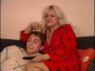 Mamma og sønn titting tv på sofa