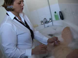 Guy im ein bath getting ein handjob aus an büro arbeiter