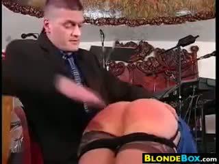 Blondine hoer gets een billenkoek
