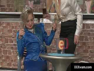 Freaky perempuan pelayan wanita dan sebuah putri seperti dressed pelanggan ruin masing-masing lain clothes dengan air