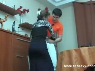 Russisch mam betrapt haar zoon masterbating