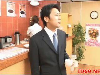 Japonesa av modelo gira escritório gaja