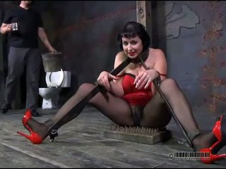 Maître est torturing filles minou