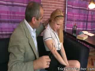 Pievilcīgas skaistule oksana gets daži discipline no the skolotāja
