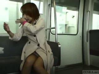 Subtitled japans publiek pijpen en streaking in trein