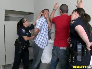 Pair honeys v policija uniforma imajo zajebal v njihovo buttholes