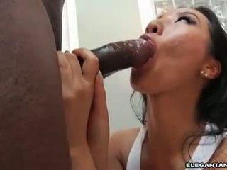 Snäva röv asiatiskapojke slampa takes stor svart knob i henne mun