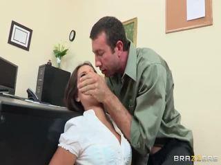 小 playgirl acquires 她的 arse destroyed