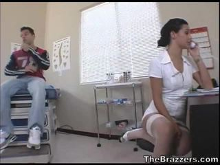 Secy sjuksköterska treats henne patienten