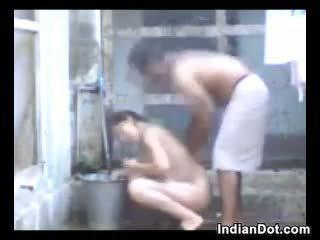 Napalone hinduskie aunty pieprzenie i kąpiel