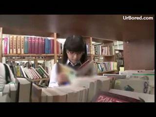 Pelajar putri dibor oleh perpustakaan geek 01