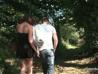 Mėgėjiškas prancūziškas brunetė milf šikna pakliuvom į threeway su papy lauke
