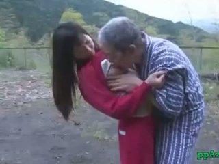 アジアの 女の子 getting 彼女の プッシー licked と ファック バイ 古い 男 精液 へ 尻 アウトドア アット