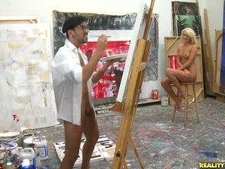 An artist procurando para um modelo para paint