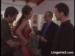 Ilkeä milf wearing alusvaatteet sisään a kuuma nelikko