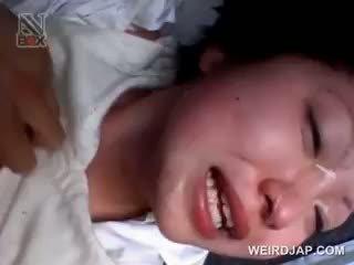 Asijské školní kotě gets sexually zneužívány v a van
