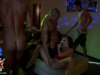 bruneta, skupina kurva, skupinový sex