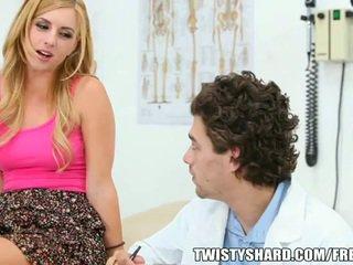 Lexi belle visits henne doktorn