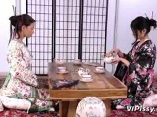 Kiimas geisha sluts spray iga muu koos warm piss ja kasutamine